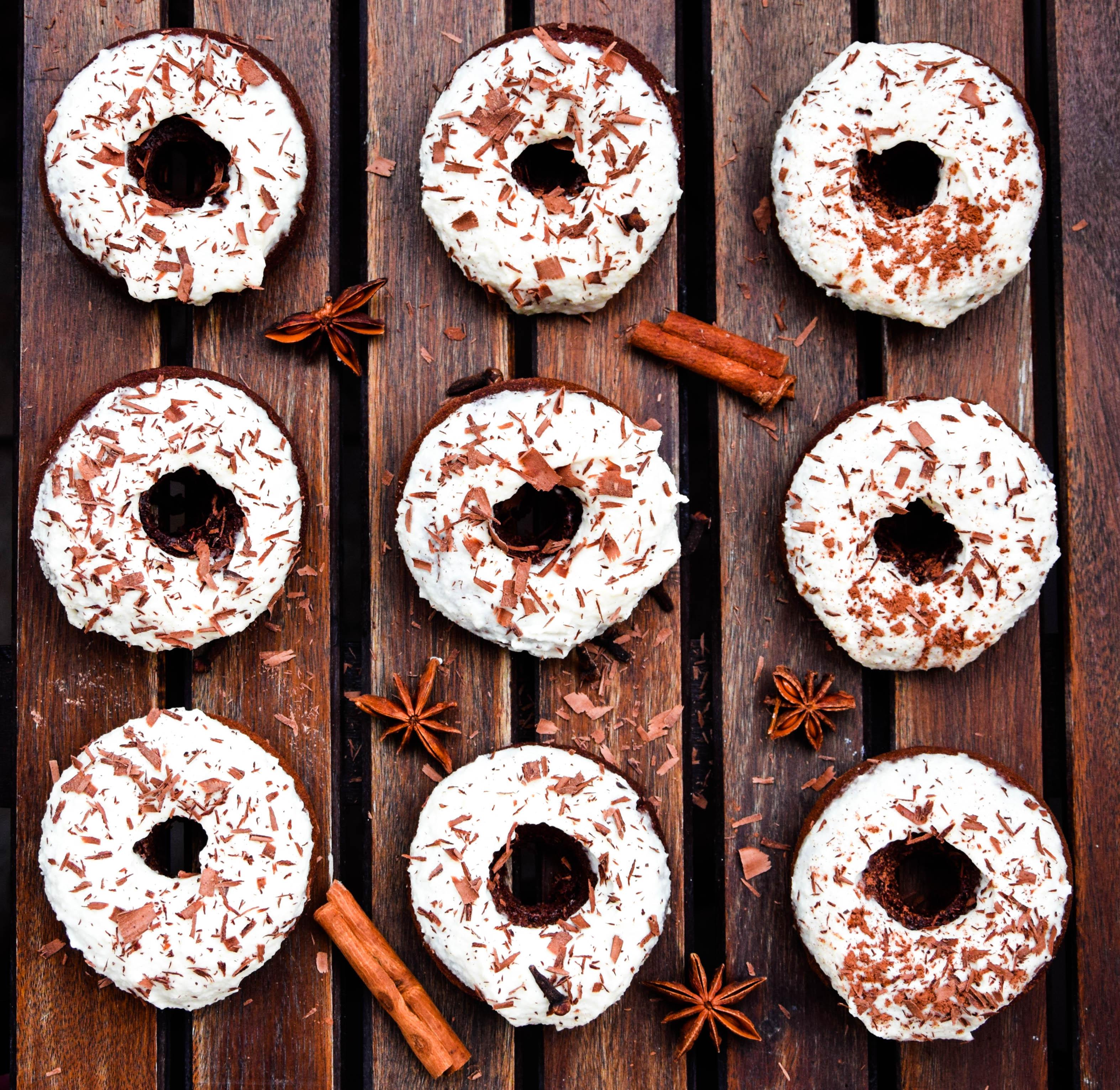 wegańskie donuty korzenne z waniliowym kremem z nerkowców