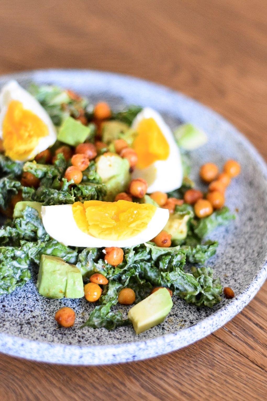 salatka z jarmuzu z jajkiem