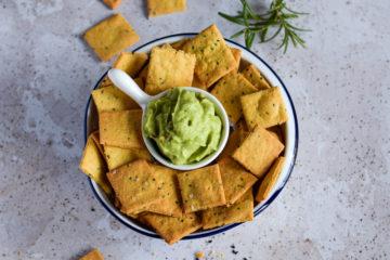krakersy z ciecierzycy z guacamole