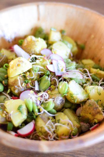 sałatka z bobem, młodymi ziemniakami i koperkiem