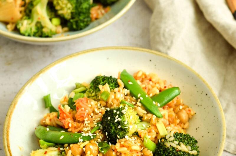 Ryż z kimchi i zielonymi warzywami
