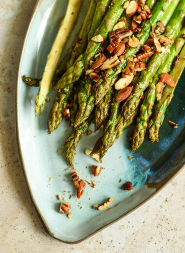pieczone szparagi z prażonymi orzechami